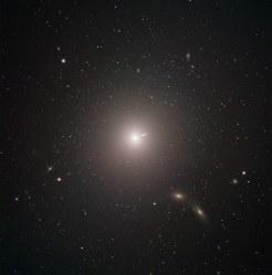 楕円銀河M87の可視光写真=国立天文台など国際研究チーム提供