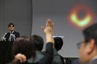 ブラックホールの撮影に世界初で成功し記者会見で質問を受ける本間希樹国立天文台教授(左)=東京都千代田区で2019年4月10日午後10時52分、宮武祐希撮影