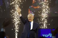 勝利宣言をしたイスラエルのネタニヤフ首相=テルアビブで2019年4月10日、AP