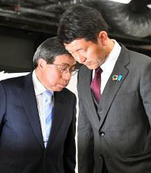 厳しい表情で支持者へのあいさつを終えた小西禎一氏(左)と柳本顕氏=大阪市中央区で2019年4月7日午後8時半、小松雄介撮影