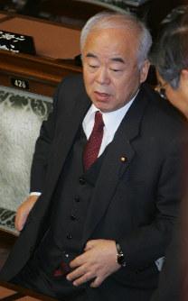 2007年7月、原爆投下を「しょうがない」と発言した問題で久間章生元防衛相が辞任=川田雅浩撮影