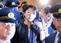 2014年10月、政治団体の不明朗な政治資金支出を巡り、小渕優子経済産業相が辞任=小川昌宏撮影