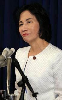 2014年10月、選挙区でのうちわ配布問題で松島みどり法相が辞任=梅村直承撮影