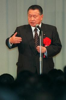 森喜朗氏▼2000年▽「3年前、(自社さの与党3党訪朝団の)団長として北朝鮮(朝鮮民主主義人民共和国)に行った。北朝鮮はメンツを重んじる国だから(拉致(らち)問題を)正面から取り組むということではなくて、行方不明ということでもいいから、北京でもパリでも、バンコクでも、そこにいたというような方法もあるのではないかと当時申し上げたが、明確な返事をいただいていない」▽「(ラグビーのニュージーランド代表の試合観戦後)外交上の仕事だ。加藤君(元幹事長)みたいに事象だけでとらえて言うのは評論家以下だ」