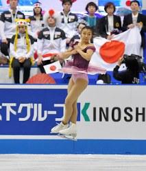 【フィギュア世界国別対抗戦】女子SPで日本の選手たちの前でジャンプする坂本花織=マリンメッセ福岡で2019年4月11日、森園道子撮影