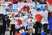 【フィギュア世界国別対抗戦】女子SPで坂本花織の演技に拍手する日本の選手たち=マリンメッセ福岡で2019年4月11日、森園道子撮影
