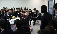 毎日新聞の新入社員に質問するジャーナリストの池上彰さん(中央)=毎日新聞東京本社で2019年4月11日、佐藤賢二郎撮影