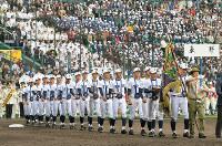 優勝旗を先頭に場内一周する東邦の選手たち=阪神甲子園球場で2019年4月3日、徳野仁子撮影