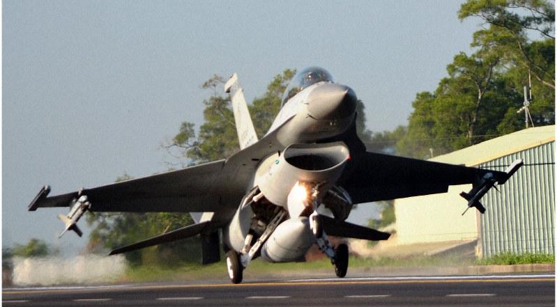 軍事演習で高速道路に着陸する戦闘機F16=台湾嘉義県民雄郷で2014年9月16日、鈴木玲子撮影