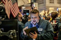 インデックス投信はグローバル分散投資に有効(Bloomberg)