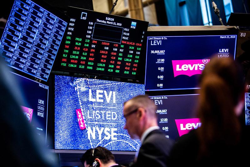 ニューヨーク証券取引所のトレーディングフロア。インデックスファンドへを通じて海外株への投資も容易だ。(Bloomberg)