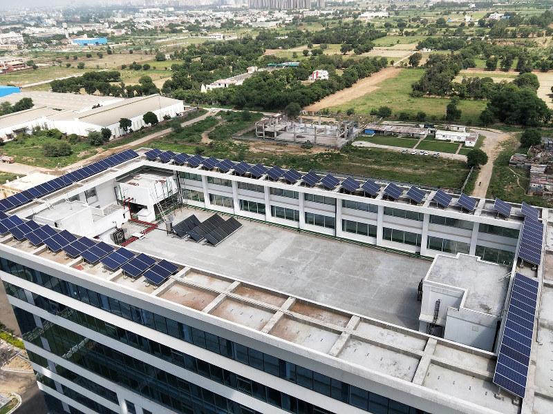 ビルの屋上に設置された太陽光発電設備