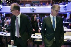 左からコメルツ銀行のツィールケ最高経営責任者(CEO)とドイツ銀行のゼービングCEO(Bloomberg)