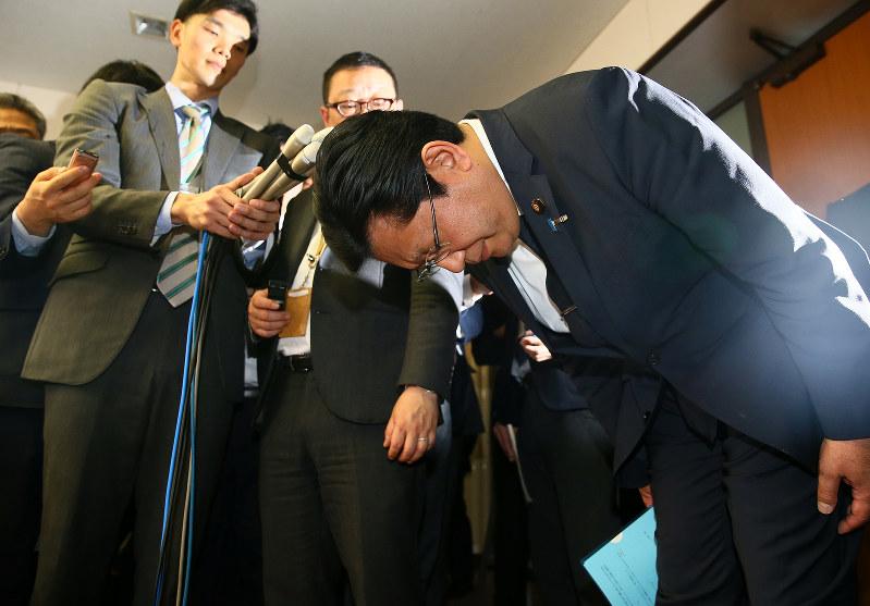 辞表を提出後、頭を下げる塚田一郎副国交相(国土交通省で4月5日)