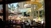 ラスベガス・ダウンタウンの老舗カジノホテルのプール。アメリカらしからぬ混雑ぶりが逆に魅力なのか? (写真は筆者撮影)