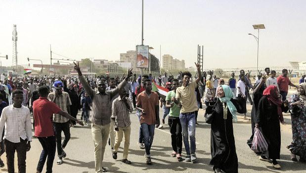 スーダン:バシル大統領解任 支...