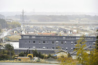 避難指示が解除された福島県大熊町の大川原地区。同町役場の新庁舎(手前)の奥に、災害公営住宅が建ち並ぶ=福島県大熊町で10日