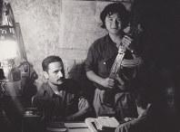 若松孝二監督(中央)は仏カンヌ国際映画祭の帰路、足立正生さんとパレスチナへ行き、ゲリラと生活をともにする中で撮影を許可される。帰国後、「赤軍-PFLP・世界戦争宣言」の上映運動を開始する=若松プロ提供