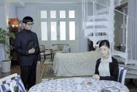 変わり者の刑事、相国寺竜也役の沢村一樹(左)と洋館の美しい当主、黒岩怜里を演じる大地真央