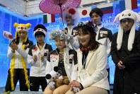 【フィギュア世界国別対抗戦】女子フリーで紀平梨花の演技終了後、キスアンドクライで得点を待つ日本の選手たち=2019年4月13日、AP