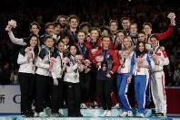 【フィギュア世界国別対抗戦】表彰式で「金」の米国(中央)、「銅」のロシア(右)とともに記念撮影をする「銀」の日本の選手たち=2019年4月13日、AP
