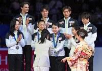 【フィギュア世界国別対抗戦】表彰式で、銀メダルを手に笑顔を見せる日本の選手たち=マリンメッセ福岡で2019年4月13日、矢頭智剛撮影