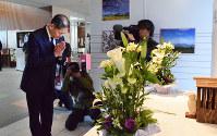 献花台に白菊を手向け手を合わせる西村博則町長=熊本県益城町で2019年4月13日午前8時40分、福岡賢正撮影