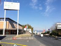 洞ケ峠の国道1号沿いには、飲食店や葬祭場、ラブホテルなどさまざまな看板が並ぶ=京都府八幡市で、松井宏員撮影