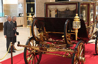 Emperor Akihito and Empress Michiko look at a state carriage similar to the one used in the Imperial Couple's wedding parade at a special exhibition at Nihombashi Takashimaya Shopping Center in Tokyo's Chuo Ward on April 13, 2019. (Mainichi/Hiroshi Maruyama)