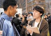 5人制サッカー日本代表の川村怜選手(左)を取材するNHKの障害者リポーターの三上大進さん=丸山博撮影