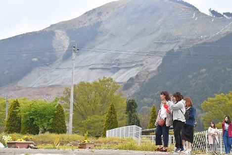 熊本地震から3年を迎え、東海大生の脇志朋弥さんが亡くなったアパート跡に花を手向けに訪れた同級生たち=熊本県南阿蘇村で2019年4月14日午前11時39分、徳野仁子撮影