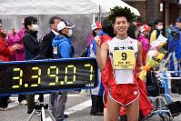 日本新記録で日本選手権男子50キロ競歩初優勝を果たし、笑顔の鈴木雄介=石川県輪島市で2019年4月14日午前11時18分、小林悠太撮影
