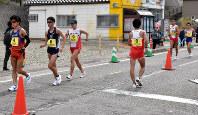33キロ手前で一度、荒井広宙(右から2人目)らを引き離しにかかる鈴木雄介(左から3人目)ら。この時トップの松永大介(同4人目)は1キロ以上のリードを作りながらも35キロ過ぎに途中棄権した=石川県輪島市で2019年4月14日午前9時56分、小林悠太撮影