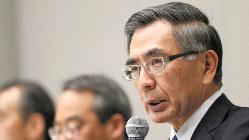 記者会見で国交省に提出した報告書について説明するスズキの鈴木俊宏社長=2019年4月12日、佐々木順一撮影