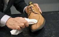 人さし指に布を巻き付け、水性クリーナーで汚れなどを落とす=東京都台東区で、根岸基弘撮影