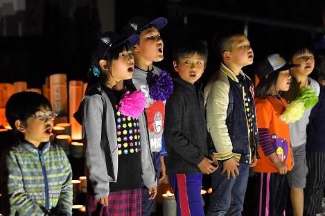 歌を披露する村上颯太さん(左から3人目)ら木山仮設団地の子供たち=熊本県益城町の木山仮設団地で2019年4月15日午後7時24分、徳野仁子撮影