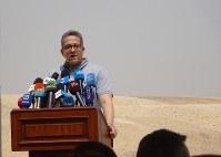 砂漠に設置した特設会見場で記者会見するエジプトのアナニ考古相=エジプト北部サッカラで2019年4月13日、篠田航一撮影
