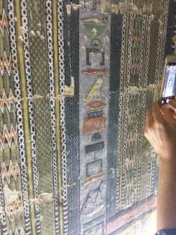 古代のヒエログリフ(神聖文字)にも一字一字、彩色が施されている=エジプト北部サッカラで2019年4月13日、篠田航一撮影