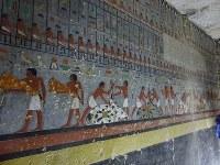 エジプト古王国の貴族クウィの墓室に描かれた色鮮やかな壁画=エジプト北部サッカラで2019年4月13日、篠田航一撮影
