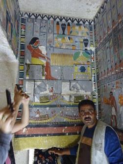 色鮮やかな壁画には、舟をこぐ人々の姿なども描かれている=エジプト北部サッカラで2019年4月13日、篠田航一撮影