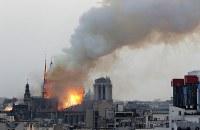 煙を上げて燃えるノートルダム大聖堂=パリで2019年4月15日、AP
