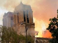 消防士による懸命の消火作業が続いた=パリで15日、賀有勇撮影