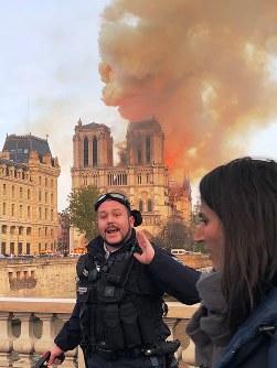 現場周辺への立ち入りを規制する警察官=パリで15日、賀有勇撮影