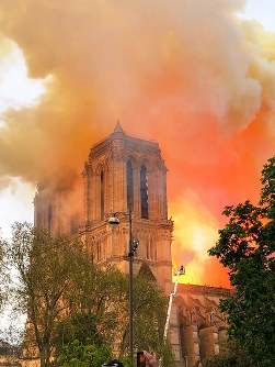 激しく燃えるノートルダム大聖堂=パリで15日、賀有勇撮影