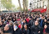 火災の起きたノートルダム大聖堂を見守る市民ら=パリで15日、賀有勇撮影