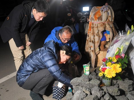 熊本地震の本震発生から3年の時刻に合わせ、阿蘇大橋の崩落現場近くを訪れた大和晃さんの母忍さん(手前)、父卓也さん(右)、兄翔吾さん(左)=熊本県南阿蘇村で2019年4月16日午前1時2分、津村豊和撮影