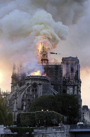 火災で崩れ落ちるノートルダム大聖堂の尖塔=パリで、AP