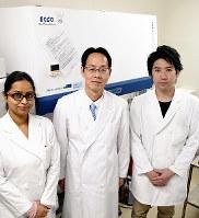 顔面痛の新たな軽減方法を発見した徳島大大学院の松香芳三教授(中央)と院生のシャイスタ・アフロズさん(左)、岩浅匠真さん=徳島市の同大蔵本キャンパスで、大坂和也撮影