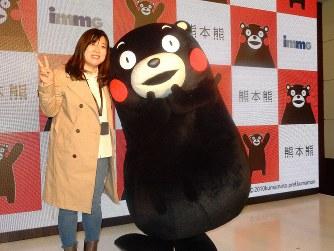 くまモンは中国でも大人気。発表会が終了すると、記念撮影を求める現地記者が殺到した=北京市内のホテルで2019年3月19日、赤間清広撮影