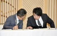 運営会社AKSの記者会見で、山口さんのツイートをスマートフォンで確認する松村匠取締役(左)=新潟市で、井口彩撮影